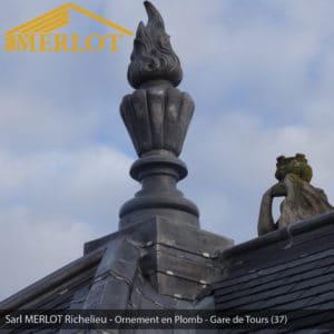 Ornement et faîtage en Plomb - Rénovation de Couverture Ardoise Zinc et Plomb - Gare de Tours (37) - Sarl MERLOT Richelieu - Charpente Bois Merlot
